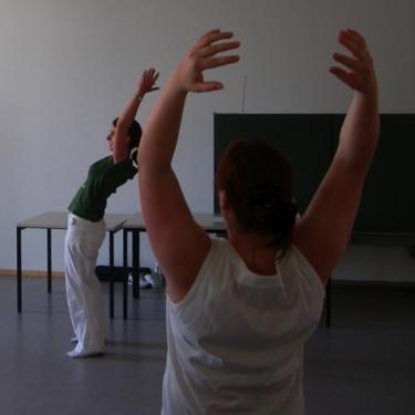 Dozentin Tanja Hemlein demonstriert eine KiD-Übung