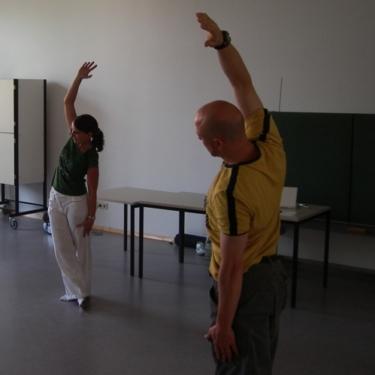 Die Dozentin Tanja Hemlein führt eine KiD-Übung vor.
